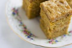 与奶油的蛋糕在茶碟 免版税库存图片
