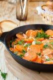 与奶油的被炖的红萝卜在平底锅 免版税图库摄影
