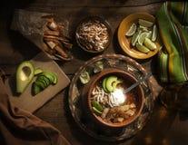 与奶油的辣墨西哥汤 鲕梨、石灰、鸡胸脯和玉米粉薄烙饼 免版税图库摄影