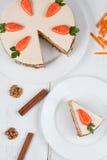 与奶油的鲜美切的复活节红萝卜松糕 免版税库存图片