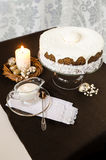 与奶油色冰的和燃烧的蜡烛的复活节蛋糕 库存图片