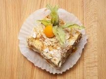 与奶油色拿破仑香草切片的夹心蛋糕在木背景,特写镜头 库存图片