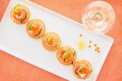与奶油色新鲜和黄瓜的熏制鲑鱼和鱼子酱开胃菜 免版税库存图片