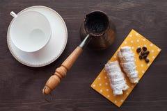 与奶油色管的早晨咖啡 免版税库存照片
