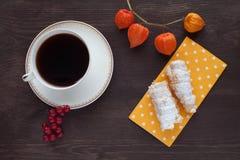 与奶油色管的早晨咖啡 免版税图库摄影