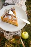 与奶油色装填的苹果饼 免版税库存照片