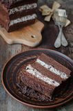 与奶油色Stracciatella的巧克力蛋糕 库存照片