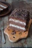 与奶油色Stracciatella的巧克力蛋糕 免版税库存图片