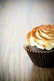 与奶油,在伍迪的杯形蛋糕的蛋糕 库存照片