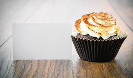 与奶油,在伍迪的杯形蛋糕的蛋糕 免版税库存照片