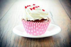 与奶油,在伍迪背景的杯形蛋糕的蛋糕 免版税图库摄影