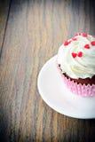 与奶油,在伍迪背景的杯形蛋糕的蛋糕 免版税库存照片