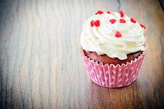 与奶油,在伍迪背景的杯形蛋糕的蛋糕 库存图片