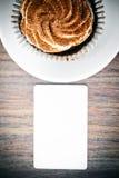 与奶油,在伍迪背景的杯形蛋糕的蛋糕 免版税库存图片