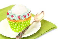 与奶油,在木背景的杯形蛋糕的蛋糕 库存图片