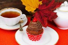 与奶油,在木背景的杯形蛋糕的蛋糕 免版税库存图片