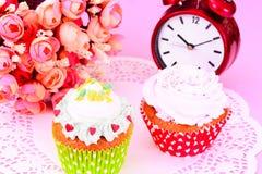 与奶油,在木背景的杯形蛋糕的蛋糕 库存照片