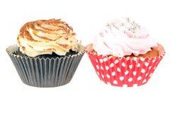 与奶油,在白色背景的杯形蛋糕的蛋糕 免版税图库摄影