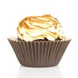 与奶油,在白色背景的杯形蛋糕的蛋糕 免版税库存照片