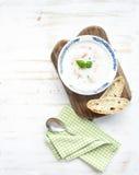 与奶油,新鲜的蓬蒿的斯堪的纳维亚三文鱼汤 免版税库存照片