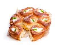 与奶油patissiere的可口自创微型奶油蛋卷小圆面包填装 库存图片