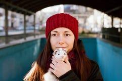 与她家养的白鼬的妇女画象 免版税图库摄影