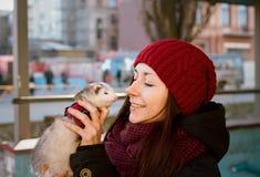 与她家养的白鼬的妇女画象 库存照片