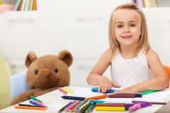 与她的保留公司的玩具熊的小女孩图画 免版税库存图片