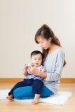 与她的儿子的亚洲母亲戏剧玩具块 免版税库存图片