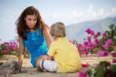与她的儿子的母亲戏剧 库存照片