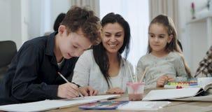 与她的孩子的吸引人和微笑的母亲消费美好时光在工作以后他们有巨大大气,在 股票视频