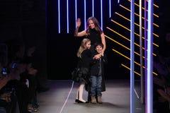与她的孩子的米歇尔・史密斯弓由米歇尔・史密斯展示的米利的在MBFW秋天期间2015年 免版税库存照片