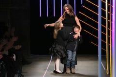 与她的孩子的米歇尔・史密斯弓由米歇尔・史密斯展示的米利的在MBFW秋天期间2015年 免版税图库摄影