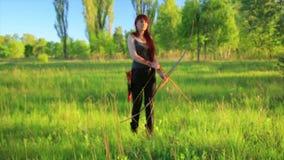 与她的弓箭的女性姜头发射手射击目标与自制mehendi无刺指甲花tatoo在手边 股票录像