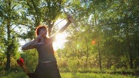 与她的弓箭的女性姜头发射手射击目标与自制mehendi无刺指甲花tatoo在手边 影视素材