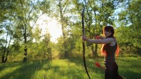 与她的弓箭的女性姜头发射手射击目标与自制mehendi无刺指甲花tatoo在手边 股票视频