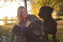 与她的拉布拉多猎犬的女性鸭子猎人 库存照片