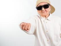 与她的拳头的凉快的祖母解雇 免版税库存照片