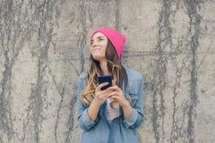与她的最好的朋友的女孩传讯 读和键入滑稽的sms的女孩在她的手机,细胞,多孔,电话, MOBIL 免版税库存照片