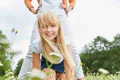 与她的母亲的白肤金发的女孩戏剧 免版税库存图片