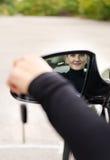 与她的汽车钥匙的有吸引力的妇女司机 免版税库存照片