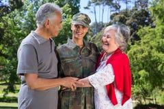 与她的父母团聚的战士 免版税库存照片