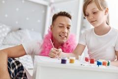 与她的爸爸的有天才的有生产力的儿童绘画 库存照片