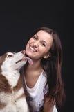 与她的狗的所有者 免版税库存照片