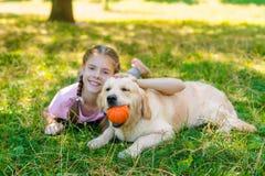与她的狗的疲乏的大师 库存照片