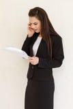 与她的电话的女性商业主管 库存照片