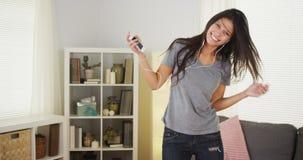 与她的MP3播放器的愉快的妇女跳舞 库存图片