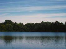 与好夏天天气和清楚的天空的湖边 免版税图库摄影