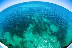 与好的太阳的美丽的水闪耀表面上 免版税库存图片