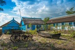与好的庭院的农舍 免版税库存照片
